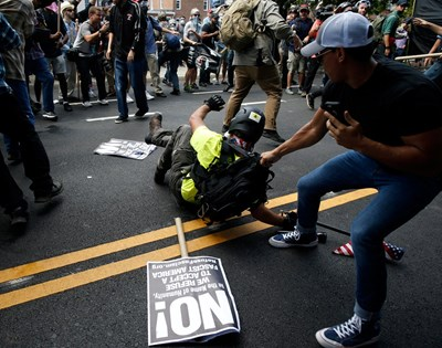 В Шарлотсвил днес избухнаха сблъсъци между националисти и антирасисти. Снимка РОЙТЕРС