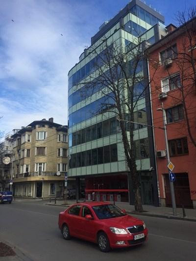 Китайският център е разположен в красива нова сграда, на 8 етажа.