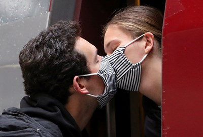 Има шанс задължителното носене на маски да откаже двойките да се карат толкова често, тъй като говоренето с тях не е много удобно. СНИМКА: РОЙТЕРС