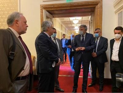 Лидерът на ДПС Мустафа Карадайъ иска и лично обяснение от вътрешния министър Бойко Рашков в кулоарите на парламента за тормозените членове на движението.  СНИМКА: АВТОРЪТ