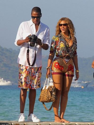 Бионсе и Джей Зи по време на лятната им ваканция на плажа в Сен Тропе
