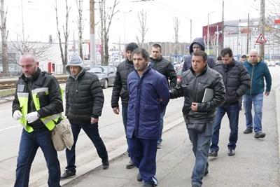 Полицаи водят Свилен Велев към блока СНИМКА: Пиер Петров