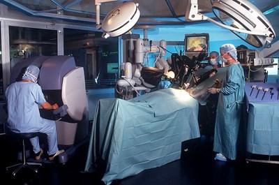 Роботизираната хирургия увеличава в пъти възможностите на оператора при тежки случаи и труднодостъпни зони. СНИМКА: РОЙТЕРС