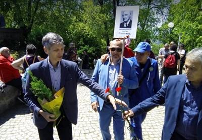 Жан Виденов (вляво) се появи на Альоша на 9 май. До него с плаката е Павел Иванов, председател на Съюза на комунистите в България. Снимка: ПловдивПрес