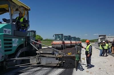 """Работници на """"Трейс"""" полагат последните пластове асфалт по участък от магистралата Ниш-Калотина."""
