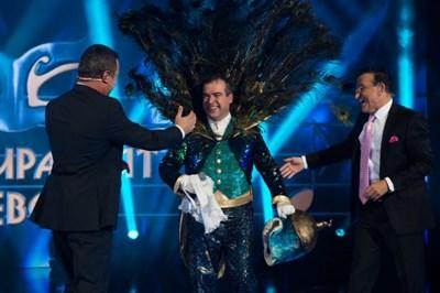 Водещите на шоуто Васил Василев-Зуека и Димитър Рачков поздравяват Иван Звездев, който свали маската си на паун.  СНИМКА: НОВА ТВ