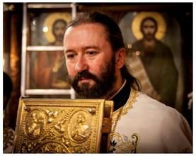 Отец Николай Нешков по време на служба в храма