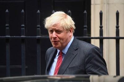 Премиерът Борис Джонсън обяви, че страната е пред втора вълна на епидемията, и призова всички, които могат да работят от вкъщи, да го направят.
