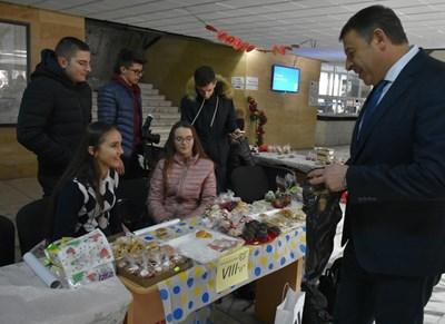 Кметът Атанас Камбитов откупи два кашона с лакомства от благотворителен базар.