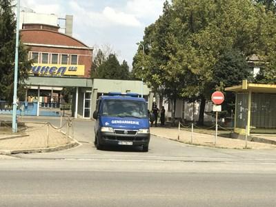 """И жандармерията подпомагаше екипите на МОСВ, дошли на проверка в """"Брикел""""."""