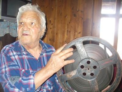 """Бай Петър пазеше ревниво в дрешника на 300-годишната си къща в Жеравна 16-милиметрово копие на филма """"Калин Орелът"""".  СНИМКА: Ваньо Стоилов"""