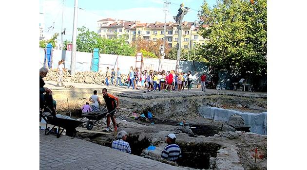 Иманяри от векове разграбват златото от Голямата могила край Чепинци