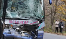 Катастрофиралата цистерна навлязла в насрещното и се забила челно в автобуса (Снимки)