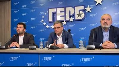 Георг Георгиев, Тома Биков и Маноил Манев (от ляво на дясно) на брифинга на ГЕРБ