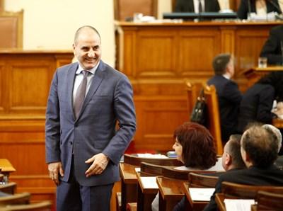 Шефът на депутатите от ГЕРБ Цветан Цветанов не изглеждаше притеснен от ситуацията, а бе категоричен, че правителството е стабилно. СНИМКА:ЙОРДАН СИМЕОНОВ