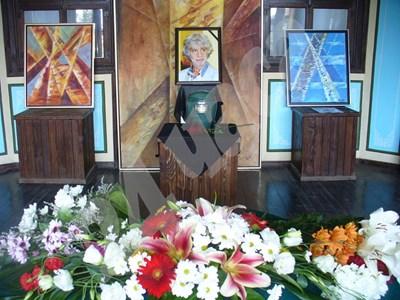 Траурният кът с картини и урната с праха на Никола Манев, подреден за погребението му днес в Чирпан. Сред картините има и от последните, които художникът изпратил в града СНИМКИ: Ваньо Стоилов СНИМКА: 24 часа