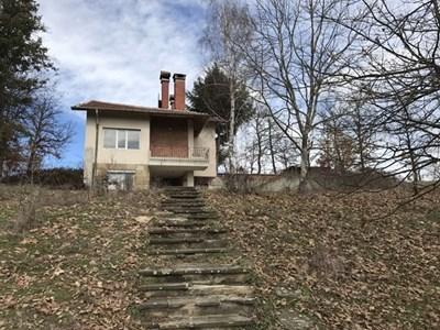 В тази къща в село Средногорово Петя Л. родила и удушила бебето си. СНИМКА: Ваньо Стоилов