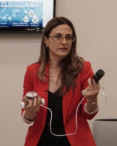 Станислава Стефанова представи устройствата, които осигуряват дистационен достъп. СНИМКА: Десислава Кулелиева