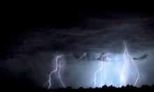 Опасни валежи и градушки в половин България днес