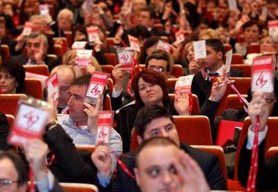Делегатите на червения конгрес ще решат съдбата на лидера си.