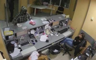 Охранителната камера в касовия център записала обира. Снимка: Архив