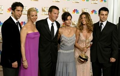 """Дейвид Шуимър, Лиса Кудроу, Матю Пери, Къртни Кокс, Дженифър Анистън и Мат Ле Бланк (от ляво на дясно) на 54-ата церемония за тв награди """"Еми"""". На нея Анистън взе приза в категорията за най-добра актриса в комедиен сериал за участието си в """"Приятели"""". СНИМКА: РОЙТЕРС"""
