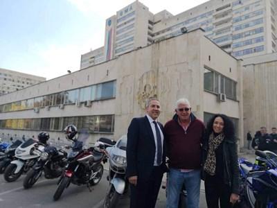 Д-р Сибила Маринова  с Джони Велинов и доц. Такоров пред ВМА СНИМКА: Личен архив