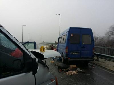 Общо 11 автомобила участват в тежкия верижен инцидент.