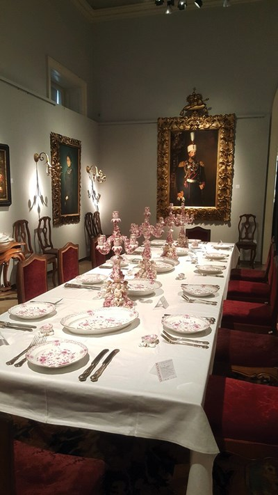 """Вещи, предложени на търга от аукционна къща """"Доротеум"""". В дъното е портретът на княз Александър Батенберг."""