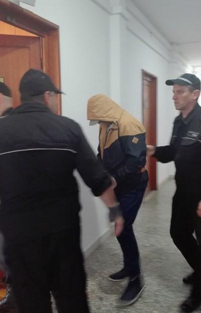 Михаил Станчев упорито криеше лицето си в съда.