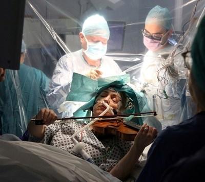 Музикантката свири, докато я оперират. СНИМКА: РОЙТЕРС