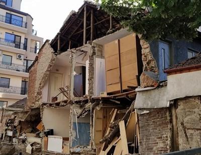 """Семейство Будакови остана без дом след срутването на ул. """"Ниш"""". Снимка: Радко Паунов"""