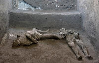 Двамата мъже се опитвали да се спасят от изригването на вулкана преди около 2000 години СНИМКА: Туитър/Bizzarro Bazar