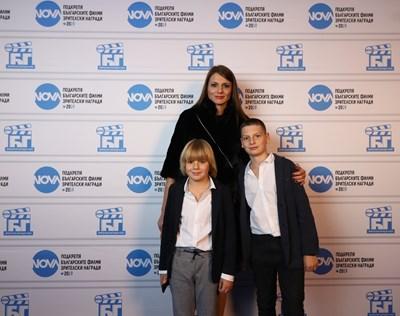 Христина Апостолова със синовете си Димитър Рачков-младши (вдясно) и Петър Милошев-Пепе