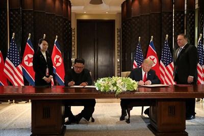 Лидерите на САЩ и Северна Корея подписаха двустранен документ Снимки: Ройтерс
