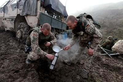 Немски войници си правят кафе на бойна позиция, преди да тръгнат на акция срещу бунтовници в Афганистан през 2009 г. СНИМКА: РОЙТЕРС