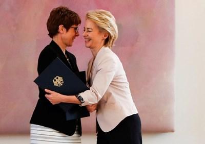 Урсула фон дер Лайен (вдясно) поздравява Крамп-Каренбауер. Снимка РОЙТЕРС