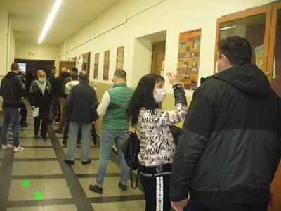 Към обяд пред доста от избирателните секции в Стара Загора се извиха опашки от желаещи да гласуват. Снимки: Ваньо Стоилов
