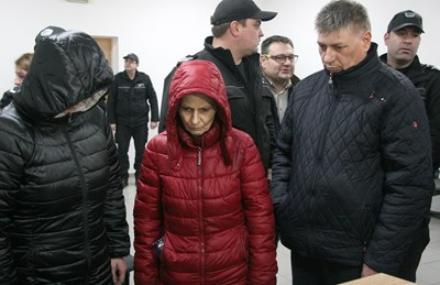 Под охрана в пловдивския районен съд бяха доведени бившата служителка на НОИ-Пловдив Александрина Георгиева, мъжът, с когото живее на семейни начала, и дъщеря й СНИМКИ: Евгени Цветков