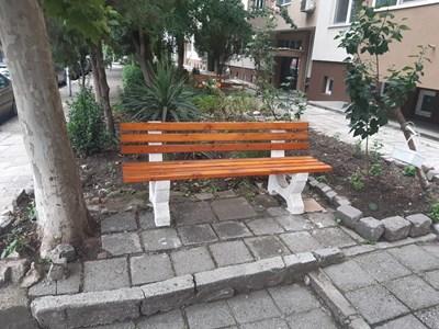 Новите пейки красят вече жилищните блокове в Бургас.