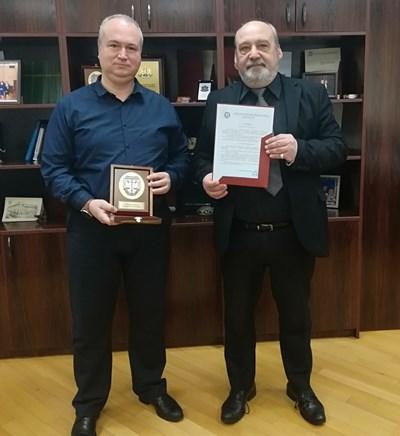 Милен Божидаров /в ляво/ получи наградата си от Апелативния прокурор на Бургас Любомир Петров.