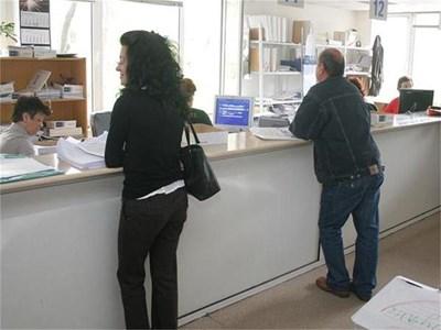 Граждани се консултират с данъчни как да разсрочат задълженията си към държавата.