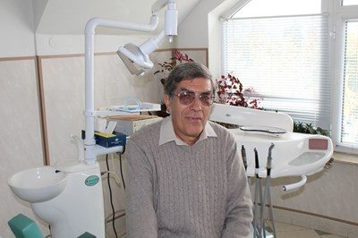 Д-р Куюмджиев в стоматологичния си кабинет