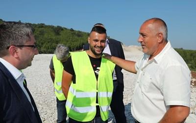 """В началото на август премиерът Бойко Борисов инспектира строежа на магистрала """"Хемус"""" между Ябланица и Боаза. Там той се запозна с Калин Борисов."""