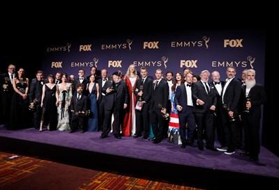 Актьорският екип на сериала заедно със създателите му  СНИМКА: РОЙТЕРС