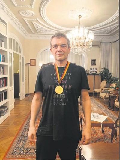Проф. д-р Джанер Таласман с медала на Наим от световното през 1991 г.