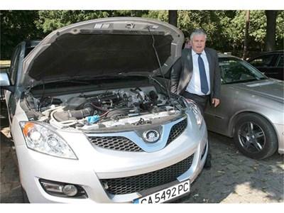 Депутатът от ГЕРБ Анатолий Йорданов вече инсталира такава водородна клетка, за да пести от гориво в джип Great Wall. СНИМКА: ВАСИЛ ПЕТКОВ