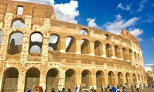 Българска ученичка се разписа върху Колизея, хванаха я