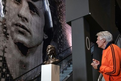 Сурбие се прекланя пред статуята на Йохан Кройф през януари миналата година.