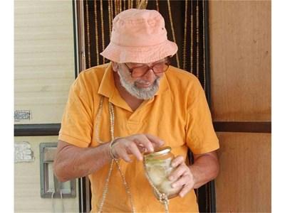 Дончо Папазов с буркан от прословутата си туршия от варени яйца. СНИМКИ: ЕЛЕНА ФОТЕВА